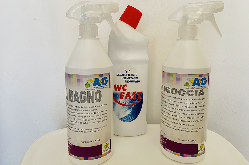 Kit di prodotti per pulire il bagno